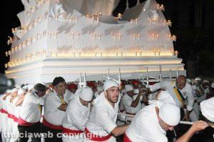 Viterbo - Santa Rosa - Il trasporto di Gloria - I facchini sulla salita