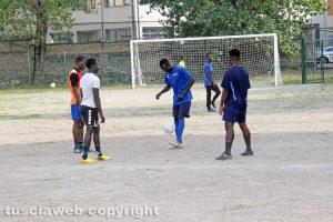 Viterbo - I richiedenti asilo del Cas Tre Fontane giocano a calcio sul campo dell'oratorio della Verità