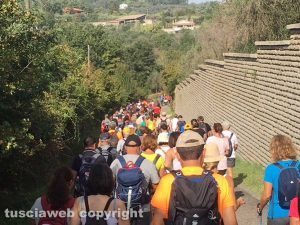 Centinaia di camminatori sulle vie dell'esilio da Soriano nel Cimino a Vitorchiano