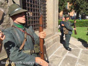 Picchetto d'onore di due soldati con la divisa della Prima Guerra Mondiale durante l'omaggio ai Caduti da parte dei Facchini