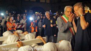 """Viterbo - Il """"sollevate e fermi"""" del sindaco Giovanni Arena assieme al capofacchino Alessandro Lucarini"""