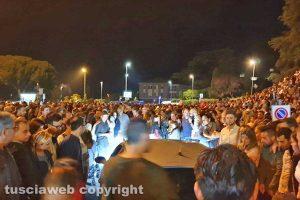 Viterbo - Santa Rosa - Auto in mezzo alla folla al Sacrario