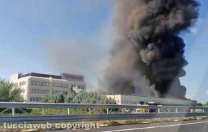 Roma - In fiamme il capannone Nissan a Capena