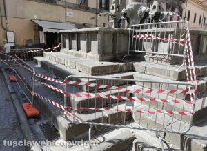 La fontana di piazza Fontana Grande danneggiata