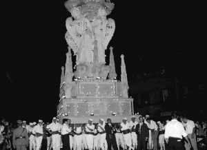 1969 - Fermata Fontana Grande in cui Giuseppe Zucchi ordina a Nello Celestini in primo piano di spalle di far sgomberare la folla a via Cavour