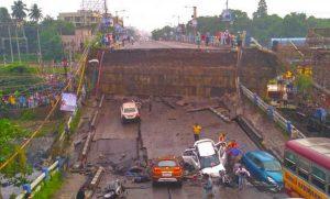 Crollo di un ponte a Calcutta