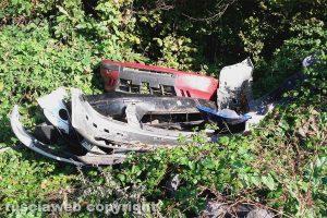 Ronciglione - I rottami di carrozzeria abbandonati