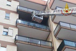 Civitavecchia - L'intervento dei vigili del fuoco per l'armadio in fiamme sul balcone