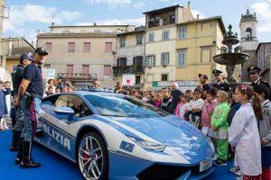 Ronciglione - La Lamborghini della polizia stradale al Giorno del dono