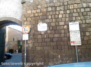 I cartelli su Porta del Carmine, accesso al quartiere Pianoscarano