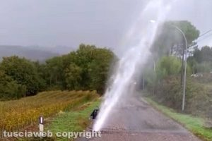 Montefiascone - Getto d'acqua invade la strada