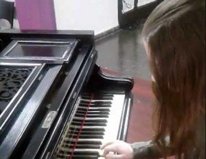 Caprarola - La piccola Sofia si esercita al piano
