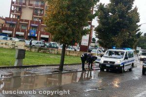 Viterbo - Vigili tentano di sturare un tombino sotto la pioggia