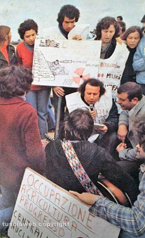 Montalto di castro - Don Franco (al centro) durante una manifestazione contro il nucleare