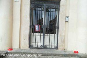 Viterbo - La ciotole per spegnere le sigarette all'ingresso del teatro Unione