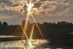 Il sole si rispecchia su una pozzanghera