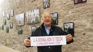 Il sindaco Fabio Menicacci alla mostra fotografica