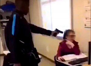 Francia - Punta pistola contro l'insegnante