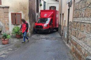 Sutri - Camion bloccato in via dei Picari