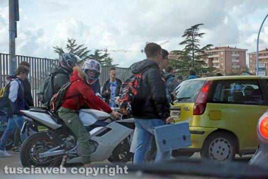 Viterbo - Studenti all'uscita di scuola