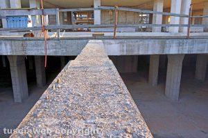 Viterbo - La trave in cemento attraversata dai ragazzi