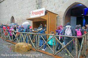 Viterbo - Turisti in fila al Caffeina Christmas Village