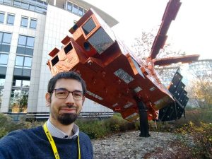 Matteo Meschini con il modello di satellite Metop