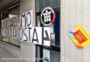 Viterbo - Lo striscione con il logo di Casapound fuori dalla sede Usb