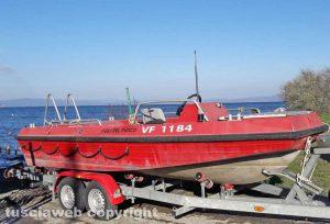 Montefiascone – Le ricerche del ragazzo scomparso - Un'imbarcazione dei sommozzatori dei vigili del fuoco di Viterbo