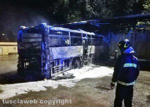 Bagnoregio - Il bus distrutto dalle fiamme