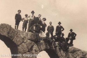 Viterbo - Foto di gruppo sugli archi di Ferento nel '21