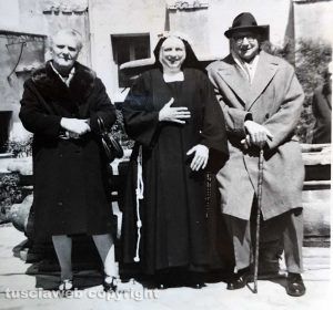 1971 - Viterbo - Cortile interno al monastero di Santa Rosa con suor Maria Paolina