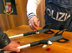 Roma - Polizia - Droga nelle stampelle