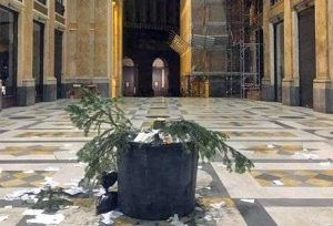 Napoli - Rubato l'albero di Natale