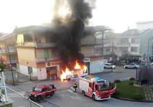 Civita Castellana - Il furgoncino in fiamme a piazza della Liberazione