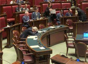 Roma - Vittorio Sgarbi si addormenta in aula