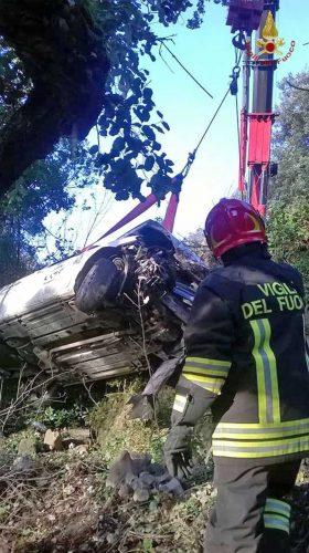 L'intervento dei vigili del fuoco per l'incidente a Tolfa