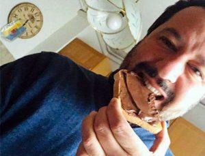 Matteo Salvini mangia pane e Nutella