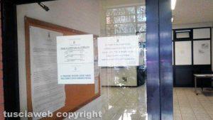 Viterbo - Il cartello esposto fuori dagli uffici della polizia locale