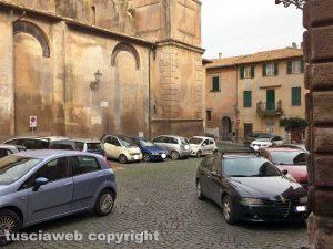 Tuscania - Parcheggi selvaggi nel centro storico