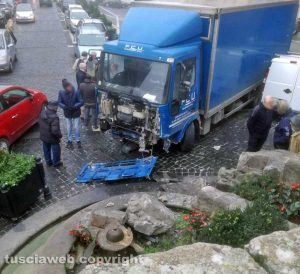 Soriano nel Cimino - Il camion contro la fontana