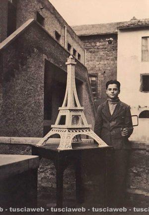 Viterbo - Fine anni '50 - Franco Catoni accanto a un modellino della Torre Eiffel