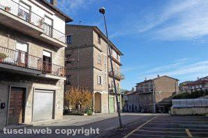 Montefiascone - Il palo pericolante in via Bastiglia