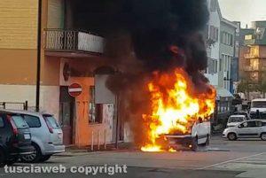 Civita Castellana - Il pulmino in fiamme a piazza della Liberazione