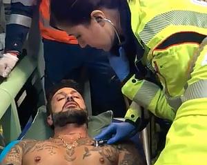 Milano - Fabrizio Corona in ambulanza dopo l'aggressione