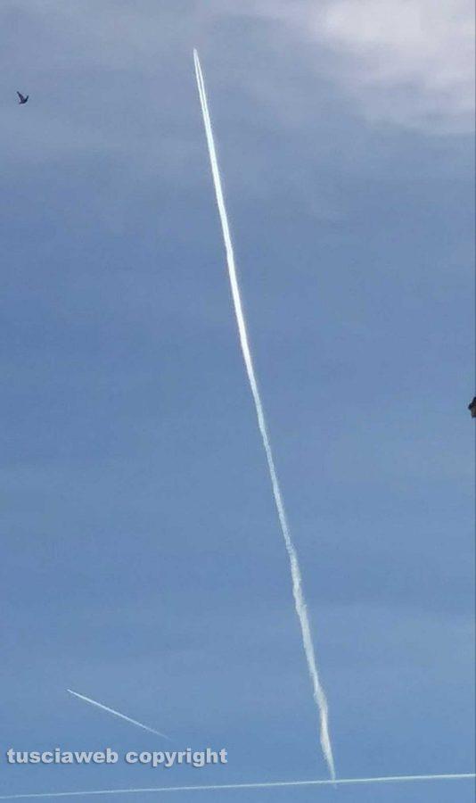 Viterbo - Scie di aerei nel cielo