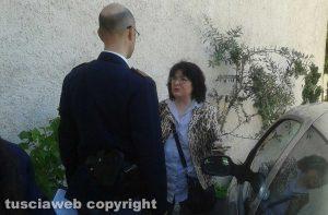 Poggino - Maria Ciucci a colloquio con un poliziotto