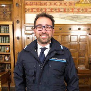 Il ministro della Giustizia Alfonso Bonafede con la divisa della polizia penitenziaria