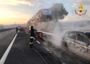 Chiusi - Bisarca a fuoco sulla A1