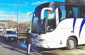 Rossella Muroni ferma il bus a Castelnuovo di Porto